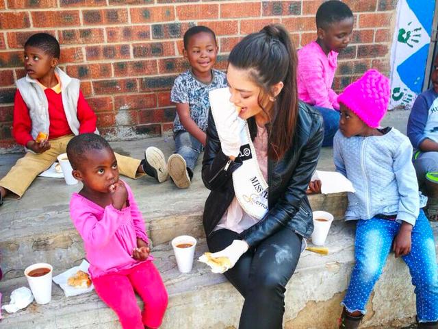 นางสาวแอฟริกาใต้ลากเพื่อสวมถุงมือด้วยเด็กกำพร้าที่ติดเชื้อ HIV