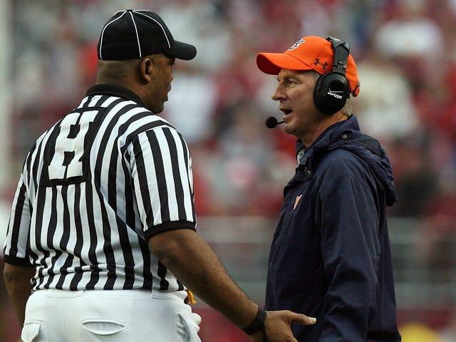 El ex entrenador de Auburn, Tommy Tuberville, se postula para el Senado de los Estados Unidos y Sean Spicer va a estar en su equipo de campaña porque todo es estúpido todo el tiempo