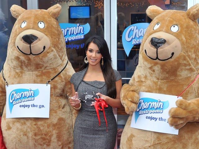 Det är 3 pm, låt oss se Kim Kardashian fira den stora öppningen på en toalett