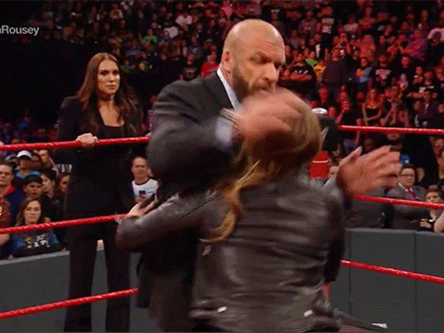 Ронда Роузі вбиває свого боса в перший день на новій роботі