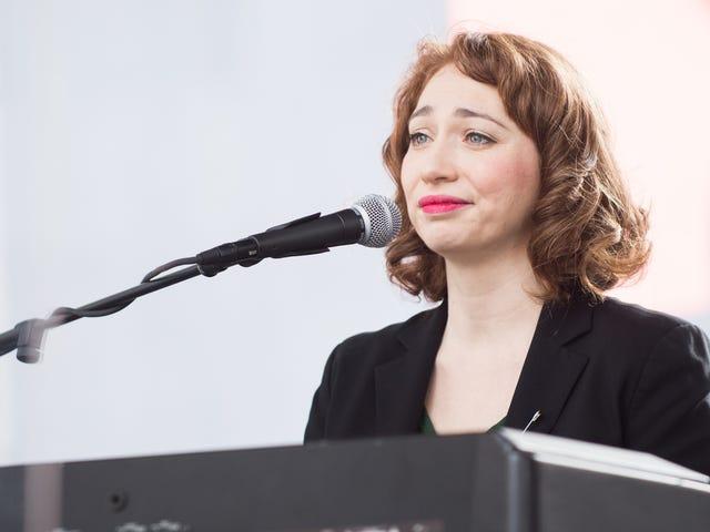 Regina Spektor utvecklar en korsning mellan en vanlig konsert och en Broadway-musikal