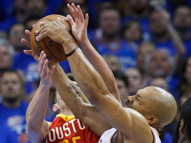 Derek Fisher devrait-il essayer de jouer à nouveau en NBA?  Un très court débat