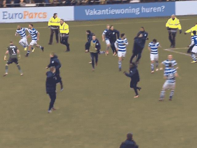 Passo de tempestade de hooligans de futebol holandês brigar com jogadores e guardas de segurança