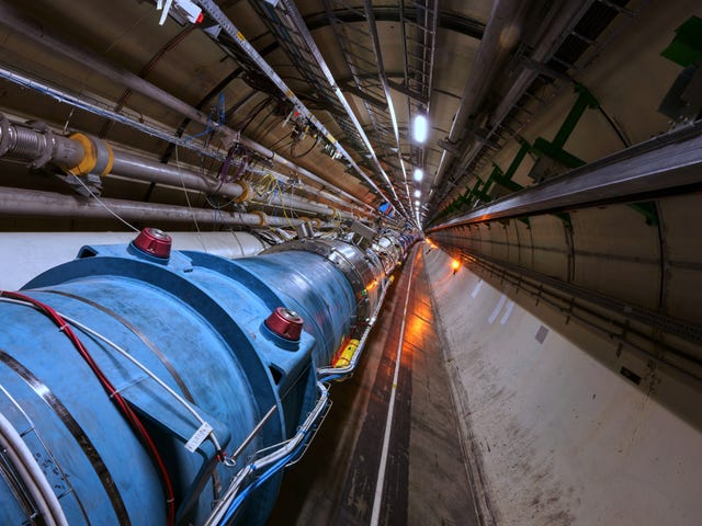 The Large Hadron Collider Accelerated 'Atoms' med elektroner för första gången