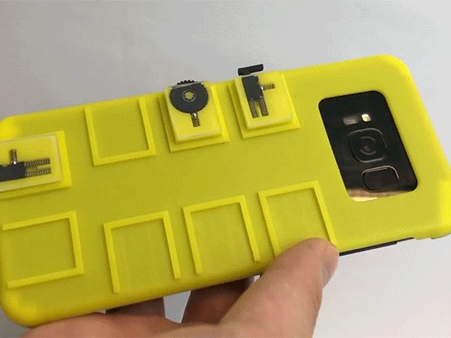तारों या ब्लूटूथ के बिना, यह मामला आपके स्मार्टफोन में बटनों और स्क्रॉल पहियों को जोड़ता है