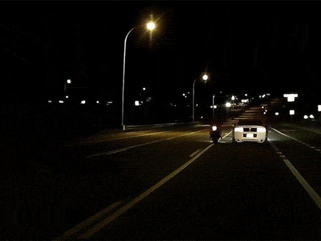 Mustang Bashes Μοτοσικλετιστής στο έδαφος στο φρικτό συμβάν οργής οδού