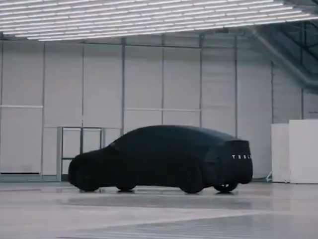 Her er Tesla Model Y Under et ark: Det er en stor Hatchback