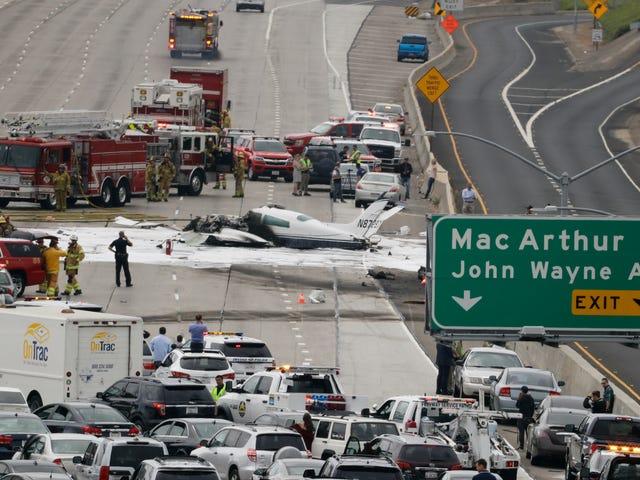 Pequeño avión se bloquea en el tráfico en la autopista 405