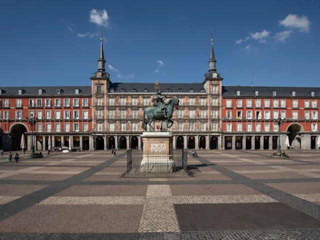 Theo Ý, Tây Ban Nha khóa chặt toàn bộ đất nước để ngăn chặn sự lây lan của coronavirus