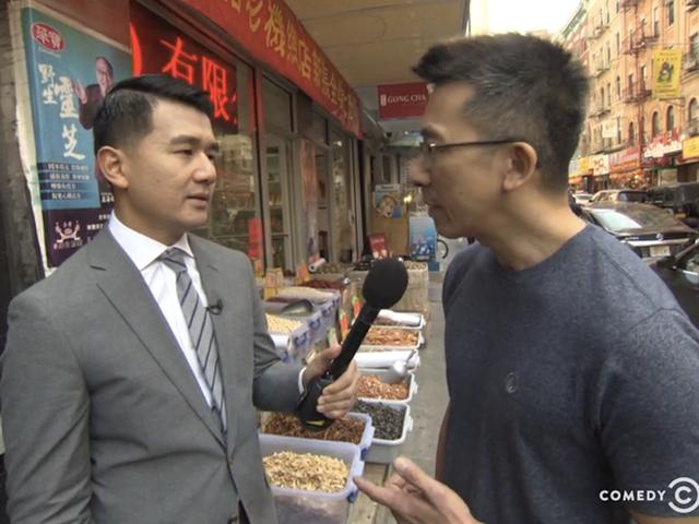 <i>The Daily Show</i> возвращается в китайский квартал в виде симпатичного маленького «Прикрути» сегмента новостей «Расист Фокс»