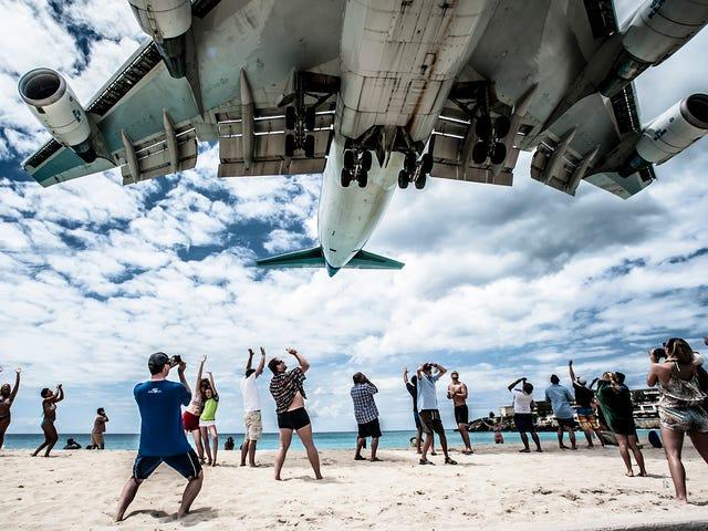 Una turista muere tras ser lanzada por las ráfagas de un Boeing 737 (a pesar de las señales de peligro)