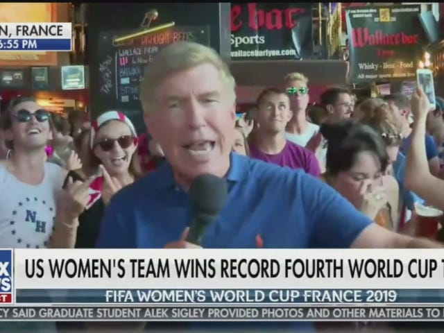 """Live Fox News Report Σχετικά με το Παγκόσμιο Κύπελλο Κερδισμένο από το """"Fuck Trump"""" Chant"""