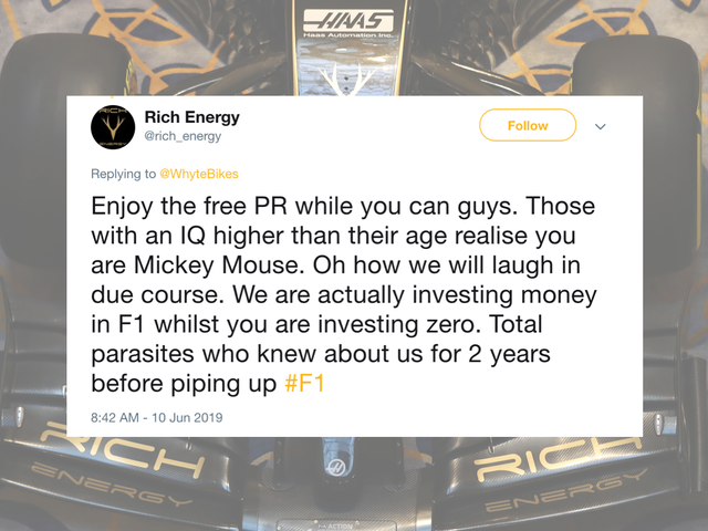 Rich Energy est en train de tweeter à travers elle