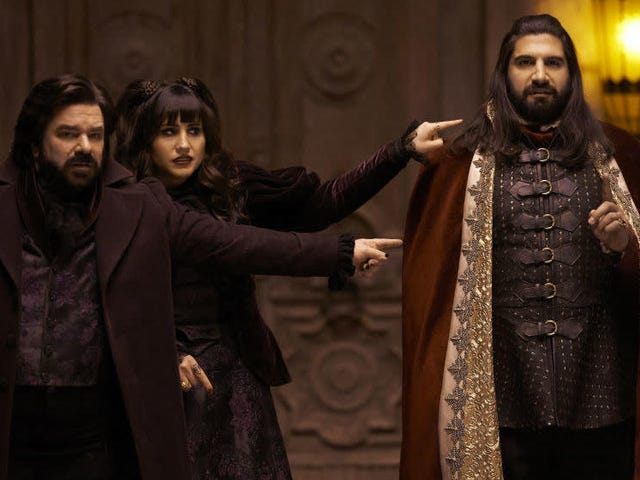 <i>What We Do in the Shadows</i> plato de los Creadores de <i>What We Do in the Shadows</i> en ese increíble episodio lleno de estrellas invitadas
