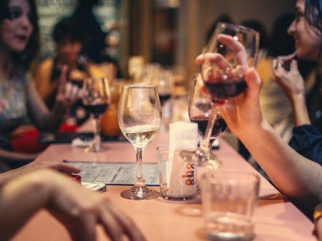 Cómo saber si esa botella de vino que guardas desde hace años aún se puede beber