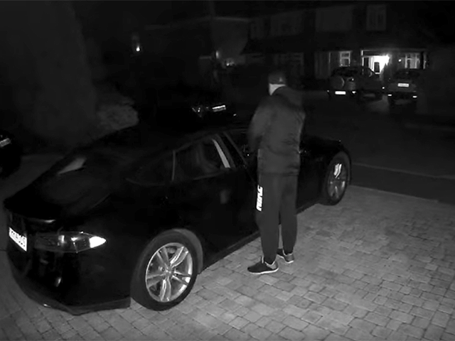2 ladrones y 1 minuto: eso es todo lo que hace falta para robar un Tesla si no activas las medidas se seguridad