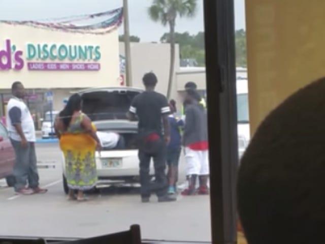 PSA: Xin đừng đặt con bạn vào thùng xe của bạn