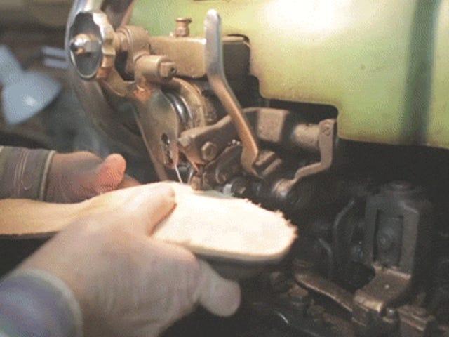 วิดีโอ: ความงามและการทำงานอย่างหนักในการทำรองเท้าบู๊ตทำด้วยมือ