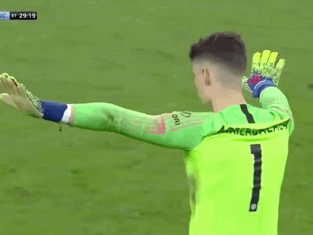 Chelsea Goalie inventou uma nova maneira de desrespeitar Maurizio Sarri na Final da Taça da Liga