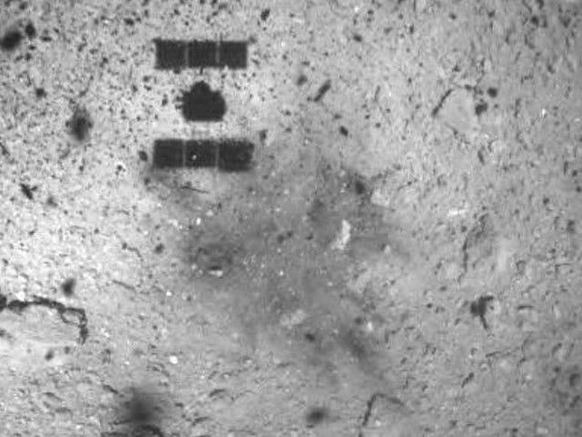 Aparece esta extraña mancha oscura en el lugar donde la sonda Hayabusa 2 tomó la muestra del asteroide Ryugu