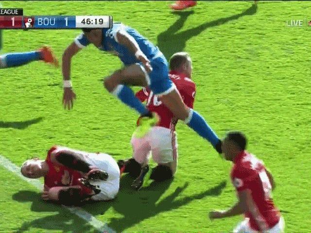 """Efter att ha kommit på huvudet, förklarar Zlatan Ibrahimović Elbowing Tyrone Mings: """"Det var otur han hoppade in i min armbåge"""""""