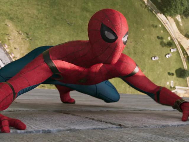 スパイダーマンの帰郷の服は、離れて落ちるときに本当にクールに見える