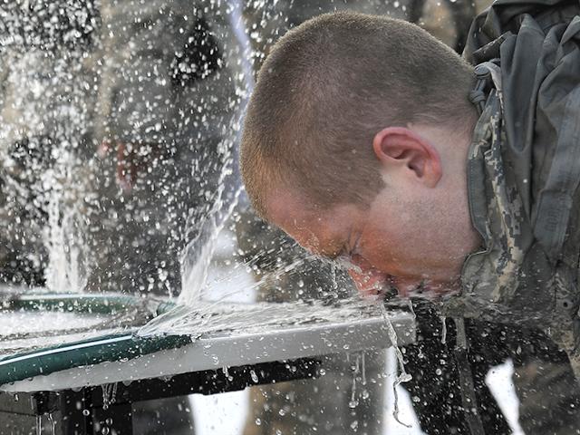 Hvorfor du ikke skal ryste på hovedet for at frigive vandet, der er fanget i øret efter et brusebad