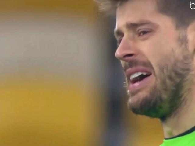Keeper dà quattro gol nel primo tempo, inizia piangendo apertamente