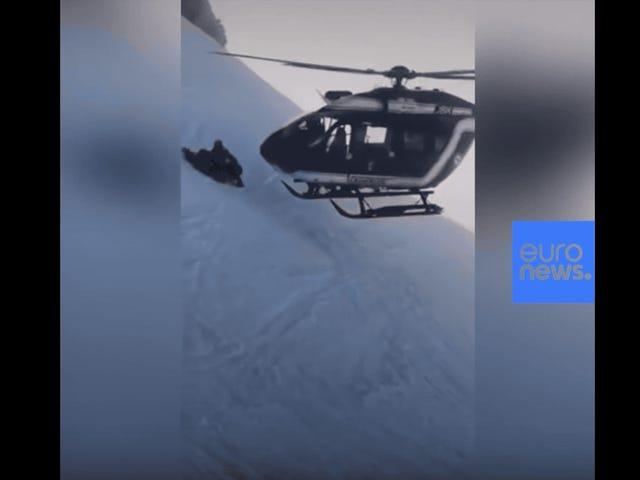 ดูนักบินคนนี้ลงจอดเฮลิคอปเตอร์บนเทือกเขาแอลป์เพื่อช่วยนักเล่นสกีที่บาดเจ็บ