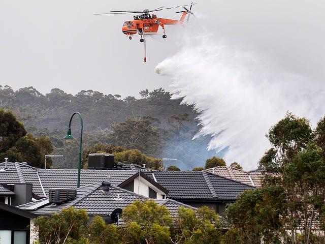 Bushfires som fortfarande rasar Australien, med tusentals flyger till stränder i Victoria State