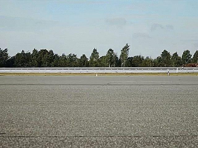 Наблюдайте, как Дэниел Абт ведет электрический Audi RS3 к обратному рекорду скорости на земле