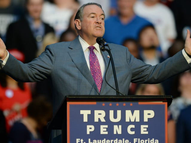 Mike Huckabee Compliments Trump By Calling Him a 'Car Wreck'