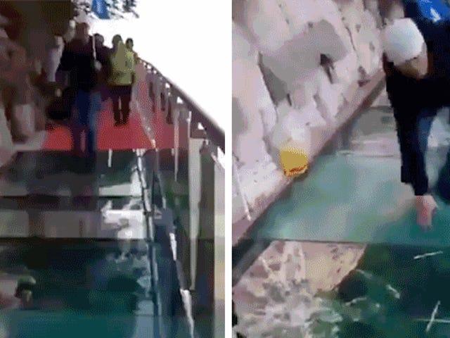 Cet effet de craquage de faux sur un Skywalk en verre élevé de 3 800 pieds pourrait être la pire blague jamais faite