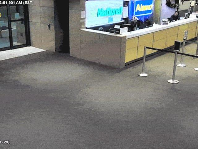 Грузовик проходит весь путь помощи Kool-Aid Man через стену аэропорта в Duh, штат Флорида