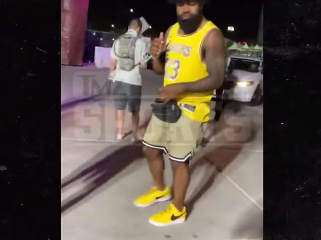 Ezekiel Elliott Knocks Over Event Staffer At EDM Festival, Gets Handcuffed