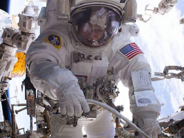 Παρακολουθήστε το ενθουσιασμό του 200ου ISS Space Walk Live της NASA