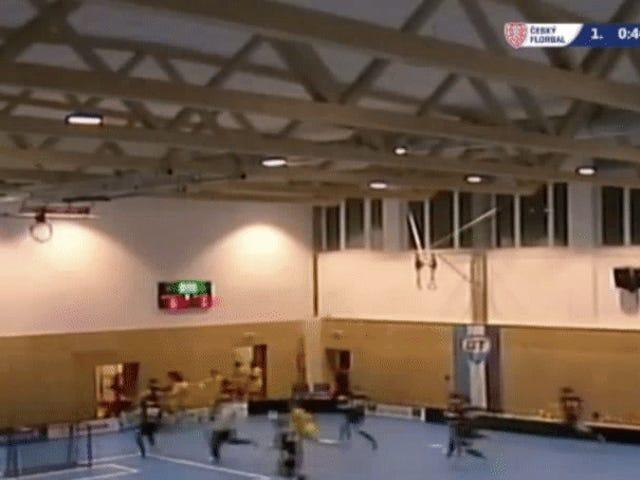 Dach der tschechischen Turnhalle bricht während Floorball Match zusammen
