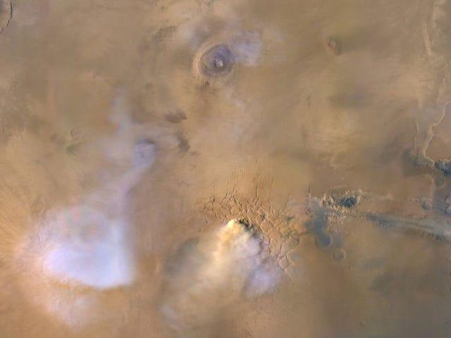 火星の巨大なダストタワーは、赤い惑星が水を失った方法を説明できます。