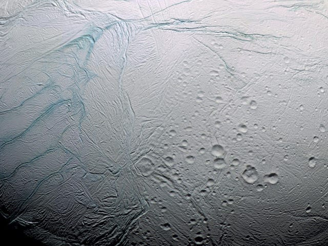 """土星的月亮土卫二如何获得怪异的""""老虎条纹"""""""