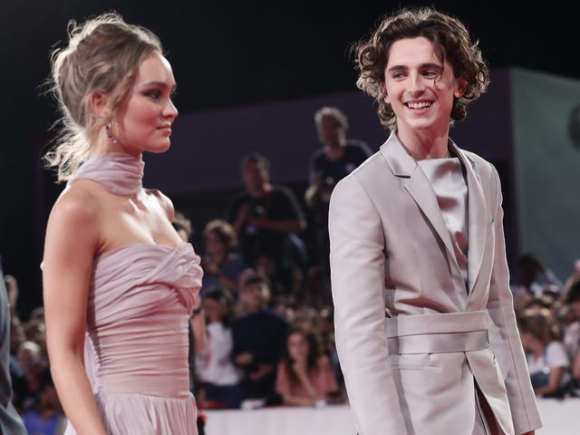 Lily-Rose Depp e Timothée Chalamet sembrano divertirsi in Italia