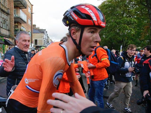 Un champion du monde de cyclisme héroïque gagne après avoir réparé sa propre épaule disloquée, uniquement pour que les officiels le dénoncent pour violation de la règle des conneries