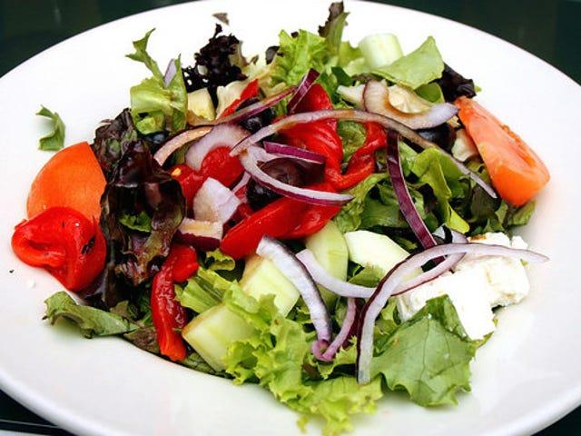 Habillez les salades par étapes pour une répartition uniforme des assaisonnements et des nappages