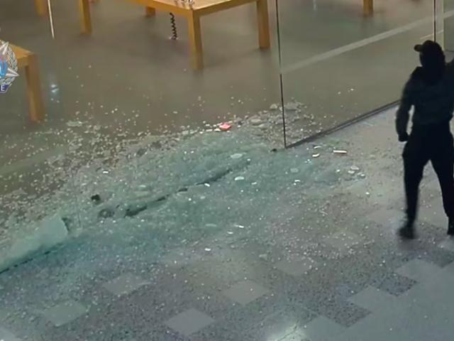 泥棒は、マレットでガラスの壁を壊した後、Apple製品で30万ドル以上を盗みます