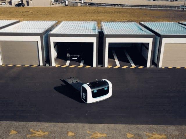 Este robot aparcacoches ahorra espacio en el estacionamiento y es más barato que un operario humano