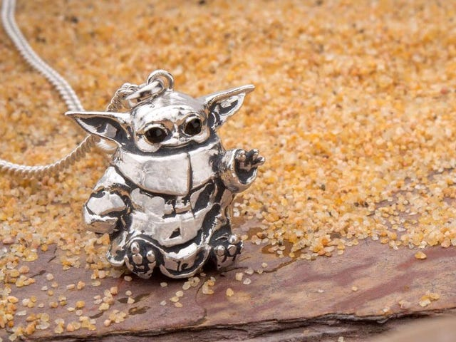 Este collar Baby Yoda llegará directamente a tu corazón