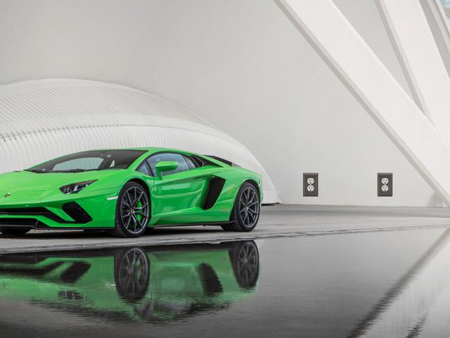 Lamborghini går allt in på hybrider, men vänta inte på elbilar när som helst snart