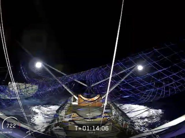 SpaceX consigue atrapar por primera vez la cofia de un cohete tras un año y medio intentándolo