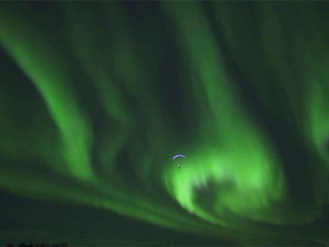 Die atemberaubende Schönheit des Gleitschirmfliegens durch die Aurora Borealis