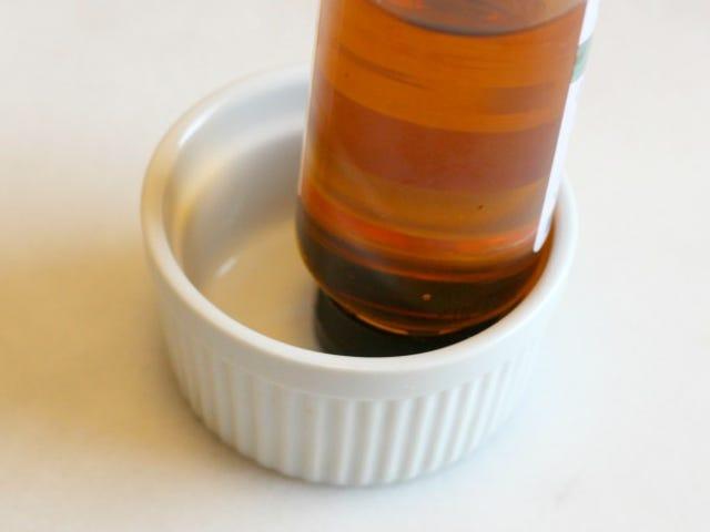 Αποθηκεύστε μέλι και άλλα κολλώδη μπουκάλια σε ένα Ramekin