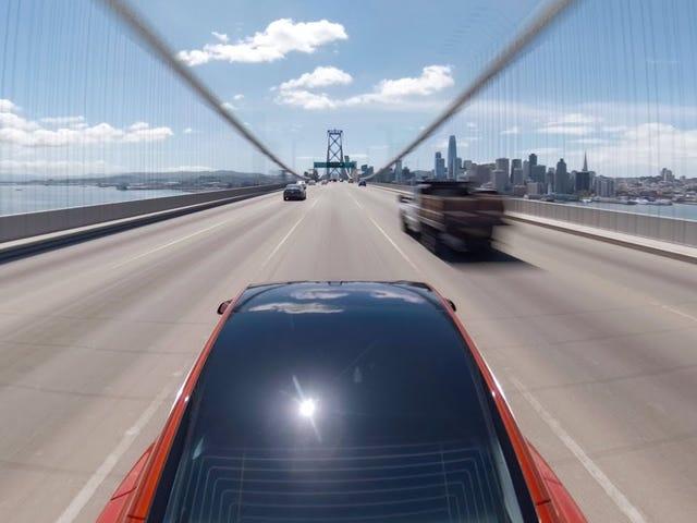 Совершенствуя автомобили с автоматическим управлением, Тесла работает в аварийном режиме